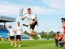 Los jugadores del Real Madrid haciendo virguerías con el balón