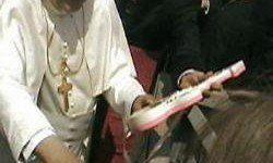 El Papa Benedicto XVI ya tiene la guitarra de Rodolfo Chikilicuatre